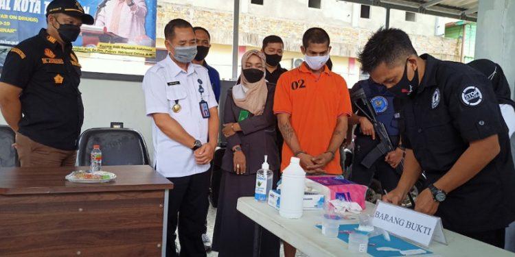 Kepala BNNK Tarakan Agus Susanto (Baju Putih) Menyaksikan Langsung Pemusnahan Barang Bukti Sabu-sabu. Foto: fokusborneo.com