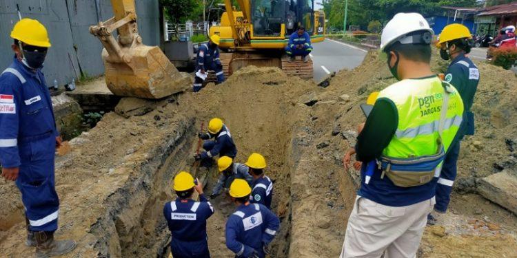 Tim PT Medco E&P Tarakan Bersama TPG PGN Tengah Melakukan Penanganan Pipa Bocor di Gunung Lingkas. foto: ist/Medco E&P Tarakan