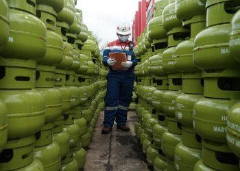 Petugas Pertamina Sedang Melakukan Mengecek Tabung Gas LPG 3 Kilogram. Foto: IST/Pertamina