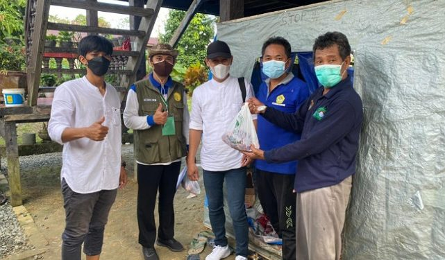 Ketua PAC LDII Karang Harapan Setiawan membagikan dari kurban kepada warga. Foto : Istimewa