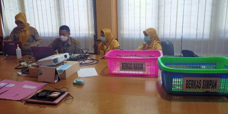 Panitia Penerimaan Berkas CPNS di BKSDM Tarakan. Foto: fokusborneo.com