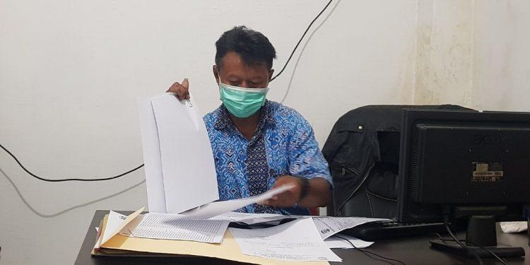 Lurah Karang Anyar Jumanto mengecek data warga yang mendaftar untuk vaksinasi Covid-19 yang diserahkan Ketua RT. Foto : Fokusborneo.com