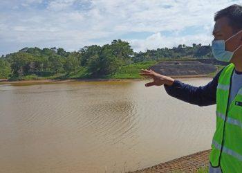 Embung Binalatung Kritis: Kabag Produksi PDAM Tarakan, Muhammad Setyo Budhi Melihatkan Kondisi Embung Binalatung. Foto: fokusborneo.com