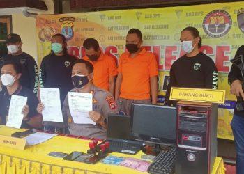 Kapolres Tarakan AKBP Fillol Praja Arthadira Gelar Press Release Pengungkapan Sindikat Pemalsu Surat Hasil Swab PCR dan Surat Jalan. Foto : fokuaborneo.com