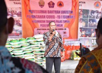 Bupati Bulungan Syarwani menyerahkan bantuan sembako kepada warga terdampak Covid-19 Tanjung Palas Timur, Peso Hilir dan Peso. Foto : Pemkab Bulungan.
