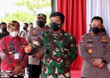 Gubernur Kaltara Zainal Paliwang menyampaikan perkembangan kasus Covid-19 di Kaltara kepada Panglima TNI dan Kapolri. Foto : Penerangan Lanud Anang Busra Tarakan.