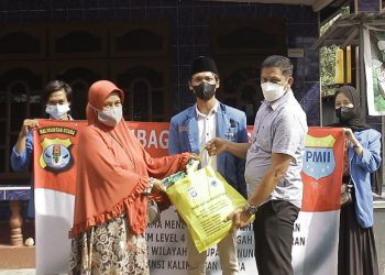 Polda Kaltara melaksanakan bakti sosial (Baksos) pembagian paket sembako bersama pergerakan Mahasiswa Islam Indonesia (PMII) Cabang Nunukan.