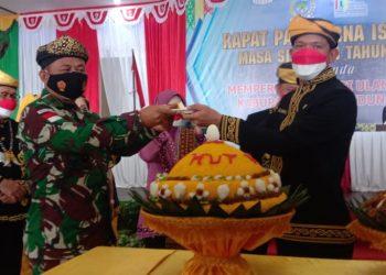 Ketua DPRD KTT, Jamhari memberikan nasi tumpeng atau Asyura ke Danrem 092/Maharajalila dalam rangka HUT KTT ke-14