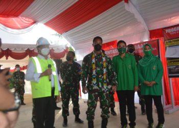 KASAD didampingi Ibu Hetty Andika Perkasa saat menyempatkan diri meninjau proyek pembangunan perumahan Angkatan Darat program SBSN di Batalyon Kavaleri 13/Satya Lembuswana Km.30 Balikpapan -Samarinda