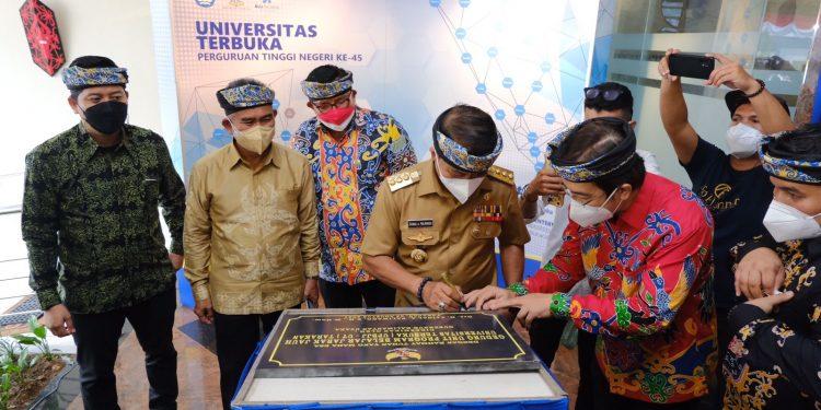 Gubernur Kaltara Zainal Arifin Paliwang saat meresmikan gedung baru UT Negeri Tarakan