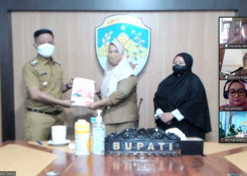 Bupati Kabupaten Tana Tidung, Ibrahim Ali menyerahkan secara simbolis bantuan Modul Literasi dan Numerasi dari INOVASI Kaltara kepada Kepala Sekolah