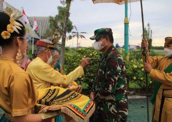Kepala Staf  Kodam VI/Mulawarman, Brigjen TNI Ibnu Bintang Setiawan saat tiba di Bandara Juwata Tarakan Kalimantan Utara