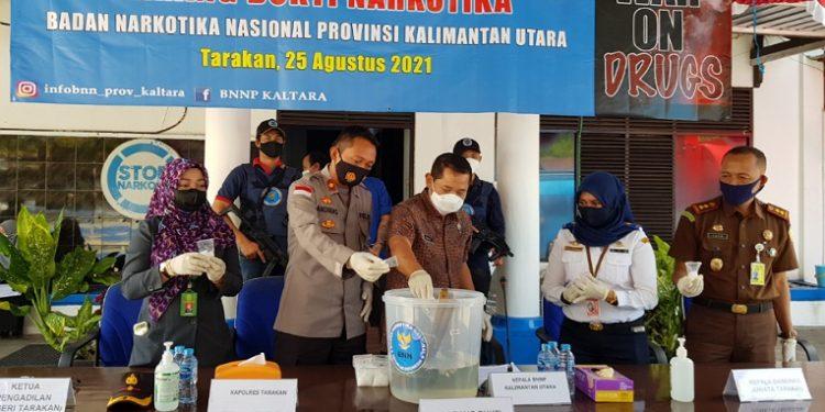 BNNP Kaltara musnahkan narkoba jenis sabu tangkapan di Bandara Juwata Tarakan. Foto : Fokusborneo.com