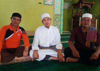 Ketua Takmir Masjid Al-Kautsar Karang Anyar Pantai H. Sukri bersama pengurus lainnya. Foto : Fokusborneo.com