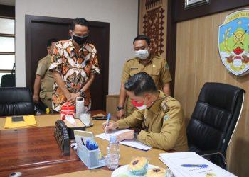 Bupati Tana Tidung, Ibrahim Ali saat menandatangani MoU kerjasama antara Universitas Terbuka dengan Pemerintah Kabupaten Tana Tidung bertempat di Ruang Rapat Bupati Tana Tidung, Selasa (21/09).