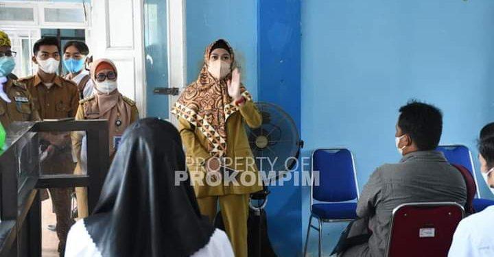 Bupati Nunukan Laura Hafid meninjau pelaksanaan ujian PPPK. Foto : Prokompim.