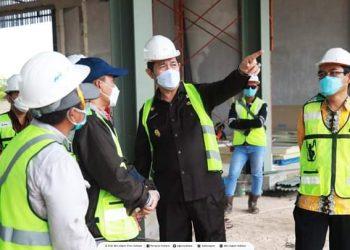 Wakil Gubernur Kaltara Yansen TP meninjau progres pembangunan Guest House yang dirubah menjadi Convention Hall. Foto : Biroadpim