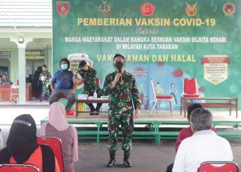 Komandan Kodim 0907 Tarakan, Letkol INF Reza Fajar Lesamana saat memberi pengarahan kepada masyarakat yang melaksanakan vaksin di Kodim 0907 Tarakan.