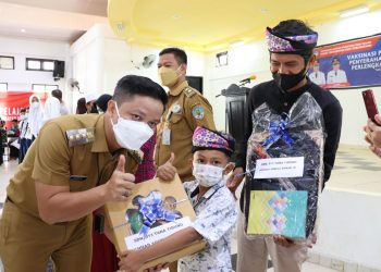 Bupati Kabupaten Tana Tidung, Ibrahim Ali memberi batuan perlengkapan sekolah kepada siswa Sekolah Dasar bertempat di Gedung Serbaguna SMP Terparu Unggulan Tana Tidung