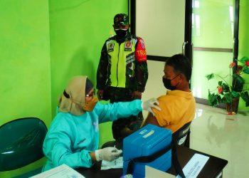 Babinsa koramil Tarakan Utara, mengawal pelaksanaan vaksinasi Covid 19 tahap 1 kepada warga Kelurahan Juata Permai
