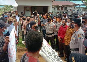 Anggota DPRD Kabupaten Tana Tidung saat  berdialog dan menerima aspirasi dari masyarakat yang tergabung dalam gerakan masyarakat bundaran bersatu di depan Kantor DPRD Kabupaten Tana Tidung