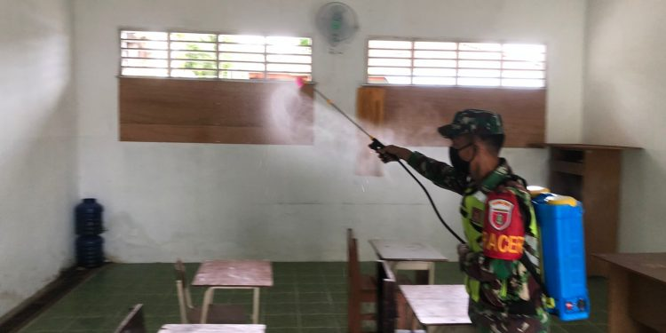 Babinsa Tarakan Tengah, saat melakukan sterilisasi Pondok Pesantren KUMI Al-Muyassat Kampung 1 Skip, Jum'at (10/09).