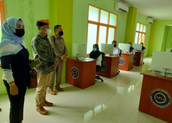 Anggota DPRD Kabupaten Tana Tidung, saat melakukan monitoring pelaksanaan tes CPNS KTT bertempat di UPT BKN Tarakan