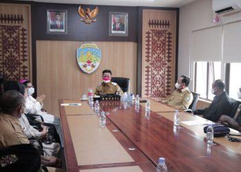 Bupati dan Wakil Bupati Kabupaten Tana Tidung, saat menerima kunjungan dan silaturahmi dari Bapak Uskup Pimpinan Gereja Katolik Keuskupan Tanjung Selor bertempat di Ruang Rapat Bupati