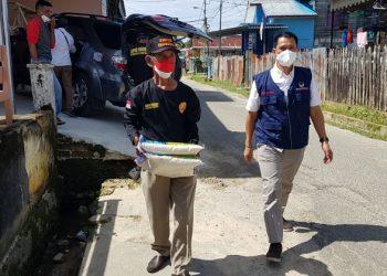 Anggota DPRD Provinsi Kaltara dari Partai Nasdem Supa'ad Hadianto menyerahkan bantuan sembako kepada masyarakat terdampak Covid-19. Foto : Fokusborneo.com