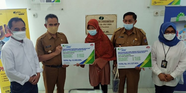 Didampingi Direksi BPJasmsostek Pusat dan Regional Kalimantan, Walikota Tarakan Khairul Simbolis Menyerahkan Santunan dari BPJasmsostek kepada Ahli Waris. Foto: fokusborneo.com