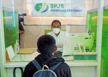 Direktur Umum dan SDM BPJamsostek, Abdur Rahman Irsyadi Memberikan Layanan di Kantor Cabang Tarakan. Foto: fokusborneo.com