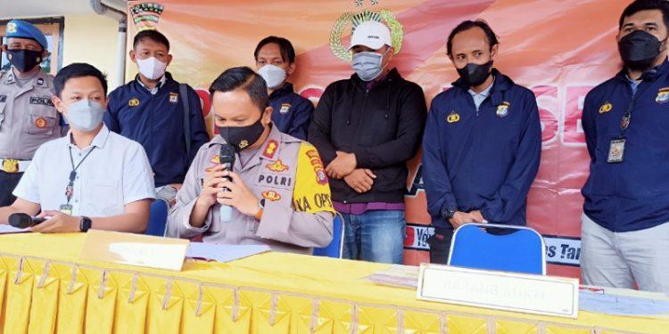 Kapolres Tarakan AKBP Fillol Praja Arthadira Saat Memberikan Keterangan Pers Pengungkapan Dugaan Pungli Vaksinasi Covid-19. Foto: fokusborneo.com