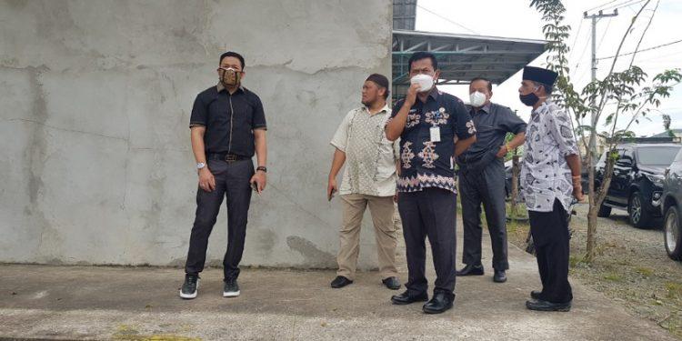 Kepala Disdikbud Provinsi Kaltara Teguh Hendri Susanto menunjukan lokasi pembangunan SMAN dan SMKN 4 Kota Tarakan kepada anggota Komisi 4 DPRD Provinsi Kaltara. Foto : Fokusborneo.com