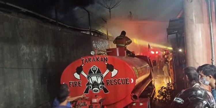 Kebakaran Gang Tambak: Tampak Mobil PMK Tarakan Melakukan Pemadaman Api. Foto: fokusborneo.com
