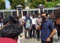 Wakil Ketua DPRD Kota Tarakan Yulius Dinandus menemui pendemo pembangunan pagar di kawasan wisata Pantai Amal Lama. Foto : Fokusborneo.com