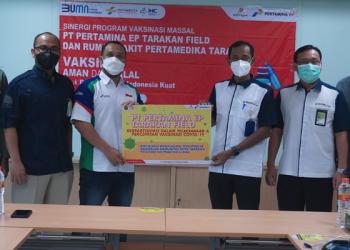 Sinergi Vaksinasi Massal: Field Manager (FM) PT Pertamina EP Tarakan Field, Isrianto Kurniawan Menyerahkan Secara Simbolis Dukungan Percepatan Vaksinasi Covid-19. Foto: Ist